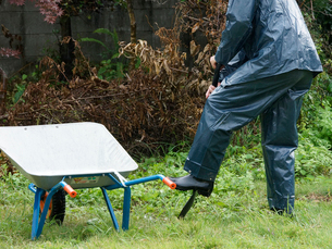 雨合羽を着て作業する日本人の写真素材 [FYI01369673]