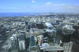 ユーレカタワー88階から眺めたメルボルン市街と海の写真素材 [FYI01369952]