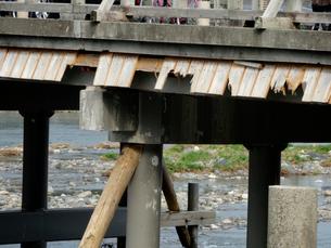増水で壊れた渡月橋の写真素材 [FYI01370039]