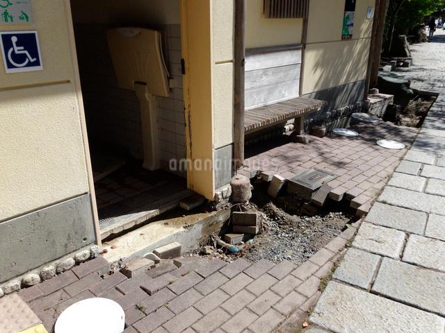 京都嵐山桂川の洪水災害で壊れた公衆トイレの写真素材 [FYI01370065]