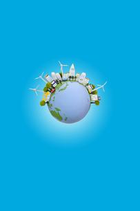 地球と太陽光発電の建物と風力発電の写真素材 [FYI01370368]