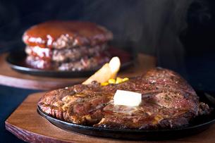 ハンバーグとステーキの写真素材 [FYI01370447]