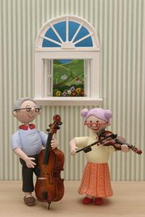 音楽演奏をするシニア夫婦の写真素材 [FYI01370515]