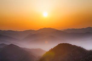 玉置神社から見た山々の夕景の写真素材 [FYI01370640]