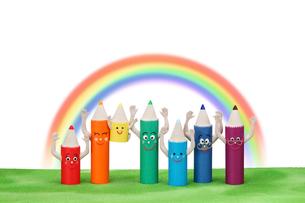 色鉛筆の家族と虹の写真素材 [FYI01370754]