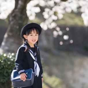 桜の木の下で笑う幼稚園児の写真素材 [FYI01370814]