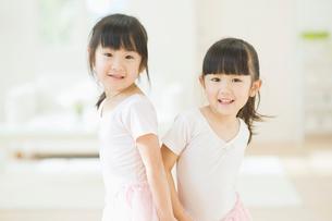 バレエの練習をする二人の女の子の写真素材 [FYI01371269]
