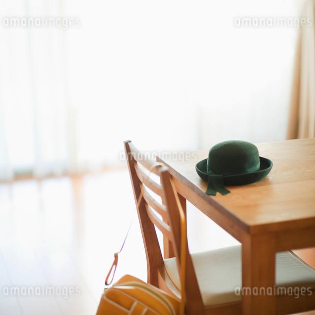 リビングに置いてある幼稚園帽とカバンの写真素材 [FYI01371411]