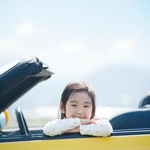 オープンカーに乗る女の子の写真素材 [FYI01371471]