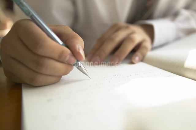 ノートに書く男子高校生の手の写真素材 [FYI01371549]