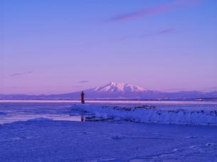 斜里岳の夕景とオホーツクの流氷の写真素材 [FYI01371588]