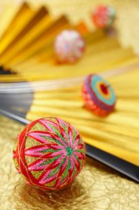 金の扇子にお正月飾りの可愛い毬や独楽の写真素材 [FYI01371692]