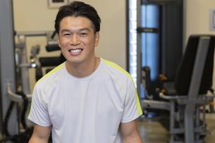 ジムでトレーニングする男性の写真素材 [FYI01372091]