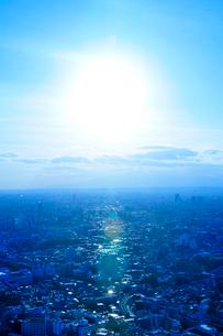 新宿のビル群と空と太陽の写真素材 [FYI01372128]