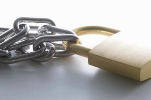 南京錠と鎖の写真素材 [FYI01372526]