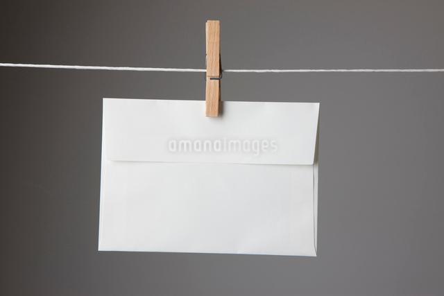 洗濯ばさみで手紙の写真素材 [FYI01372712]