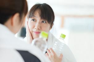 トレーニング中に鏡をのぞく日本人女性の写真素材 [FYI01372776]