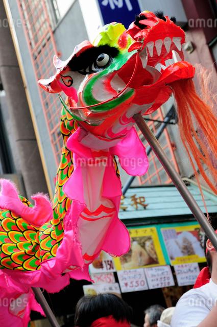 中華街の春節パレードの竜の舞の写真素材 [FYI01372798]