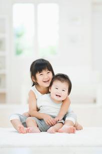 笑う赤ちゃんを抱きかかえて笑う女の子の写真素材 [FYI01372888]
