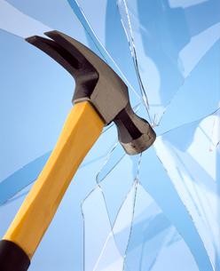 割れたガラスとハンマーの写真素材 [FYI01372969]