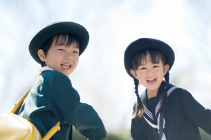 笑う2人の幼稚園児の写真素材 [FYI01373272]
