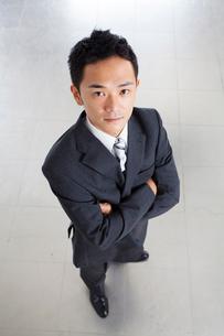 腕組みをするビジネスマンの写真素材 [FYI01373379]