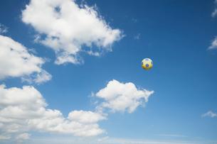 青空にサッカーボールの写真素材 [FYI01373787]