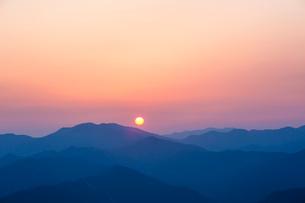玉置神社から見た山々の夕景の写真素材 [FYI01374076]