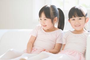 ソファでくつろぐバレエ姿の二人の女の子の写真素材 [FYI01374373]