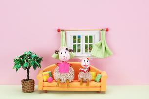 編み物をする未の母と読書をする未の子供の写真素材 [FYI01374407]