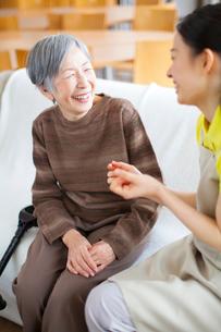 介護士さんと会話をするおばあちゃんの写真素材 [FYI01375090]