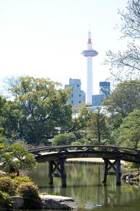 印月池と京都タワーの写真素材 [FYI01375229]