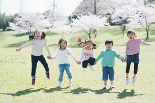 ジャンプする5人の子供達の写真素材 [FYI01375401]