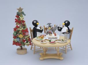 クリスマスディナーをするペンギンの家族の写真素材 [FYI01375427]
