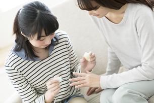 ネイルを楽しむ親子の写真素材 [FYI01375856]