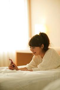 スマートフォンで音楽を聴く女性の写真素材 [FYI01375954]