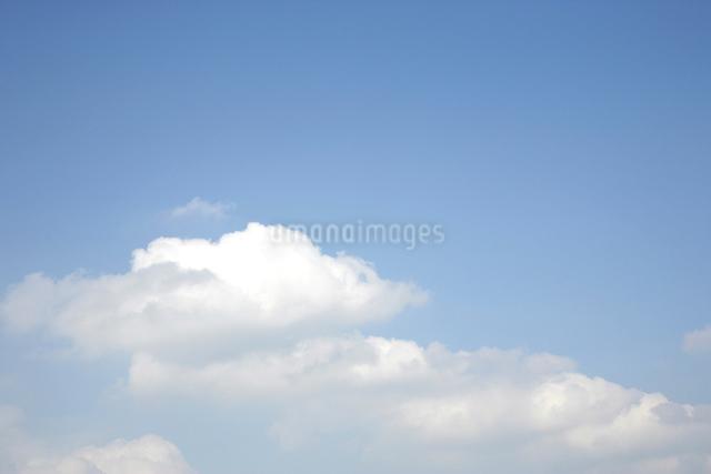 青空と白い雲の写真素材 [FYI01375990]