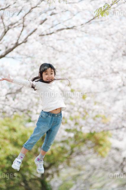 ジャンプルする女の子の写真素材 [FYI01376146]