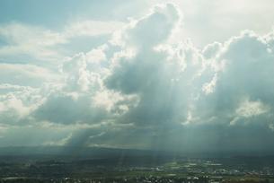 雲間から日差しさしこむ町の景観の写真素材 [FYI01376173]