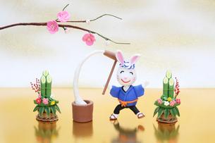 もちつきをする兔と門松と梅の写真素材 [FYI01376216]