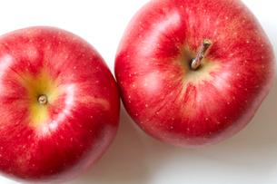 上面からみた2つのジョナゴールドのりんごの写真素材 [FYI01376342]