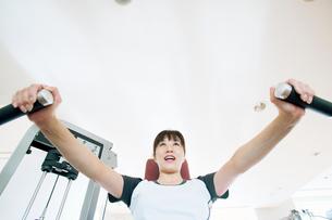 トレーニングをする日本人女性の写真素材 [FYI01376366]