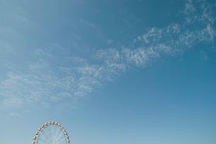 青空に観覧車の写真素材 [FYI01376649]
