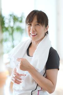 ジムでペットボトルを持つ日本人女性の写真素材 [FYI01376738]
