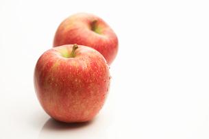 2つのりんごの写真素材 [FYI01376901]