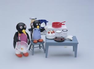 ケーキを作るペンギンの親子の写真素材 [FYI01377728]