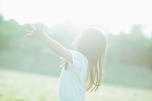 見上げる女の子の写真素材 [FYI01377797]