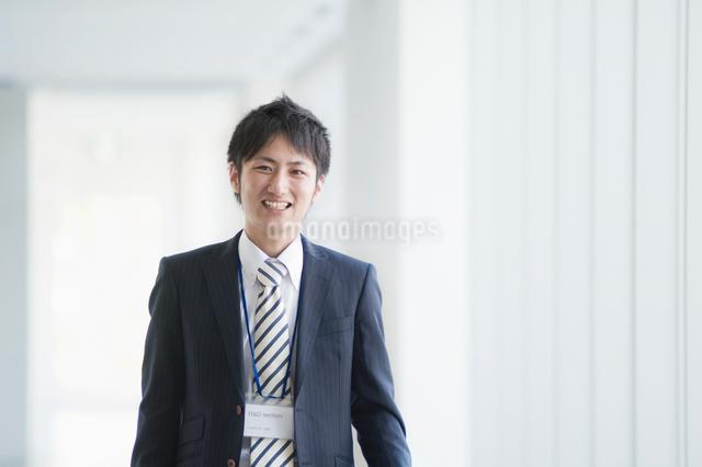 微笑むビジネスマンの写真素材 [FYI01377898]