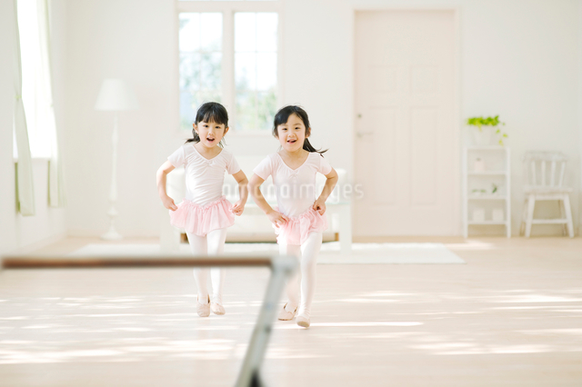 バレエの練習をする二人の女の子の写真素材 [FYI01378635]