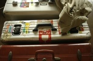 並んだ3個のスーツケースとコートの写真素材 [FYI01378875]